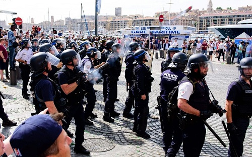 ロシアワールドカップではフーリガンに要注意。EURO2016で暴動鎮圧のため催涙ガスを発射するフランス警察