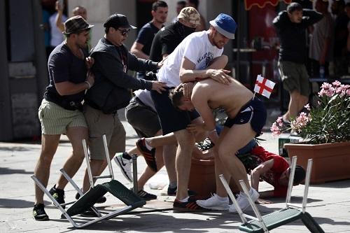 ロシアワールドカップではフーリガンに要注意。GoProの撮影者と思われる人物(左端)