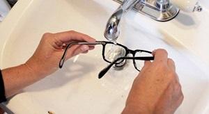 流水でメガネを洗う