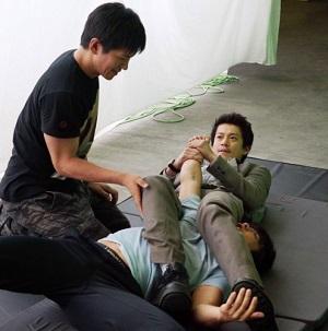 CRISIS クライシス 公安機動捜査隊特捜班 腕ひしぎを練習する稲見朗(小栗旬)