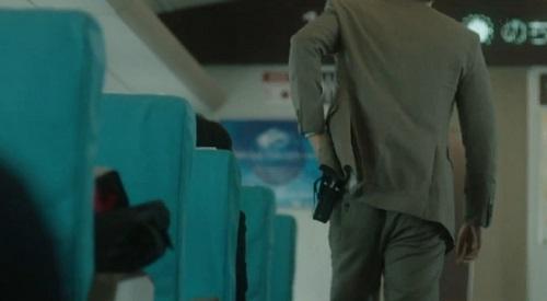 CRISIS クライシス 公安機動捜査隊特捜班 警棒を取り出す稲見朗(小栗旬)