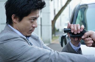 第4話 CRISIS クライシス 公安機動捜査隊特捜班 リボルバー式拳銃のシリンダーを掴む稲見朗(小栗旬)