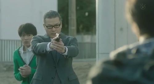 第7話 フジテレビ 「CRISIS クライシス 公安機動捜査隊特捜班」実行犯に銃を向ける吉永三成班長(田中哲司)