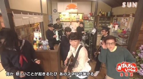 NHK おげんさんといっしょ 乱れる長女:藤井隆と見つめるおげんさん(お母さん):星野源