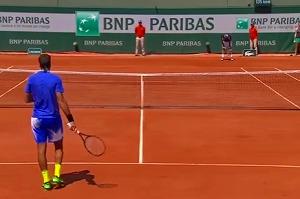 全仏オープン 6月1日(木) 5日目 男子シングルス2回戦 フアン・マルティン・デル・ポトロ(アルゼンチン) vs ニコラス・アルマグロ(スペイン) デルポトロの対応 ネットに近づくデルポトロ