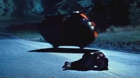 007 カジノ・ロワイヤルに登場するアストンマーティンDBSの横転シーン