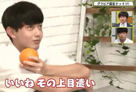 9月13日放送の第119回「青春高校3年C組」オレンジと一緒のグラビア撮影の中本くん。