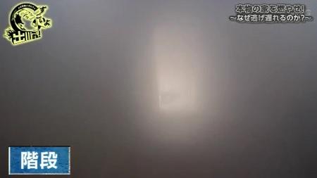 本物の家を燃やす実験から分かる正しい火事の時の避難方法。その逃げ方とは? 階段の視界