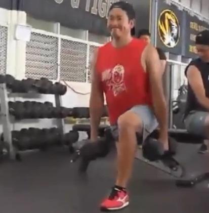 プロ野球・菅野智之は自主トレで何を行っていたのか?ハワイのジムで15kgのダンベルを2つ使ったブルガリアン・スプリット・スクワットをする菅野智之