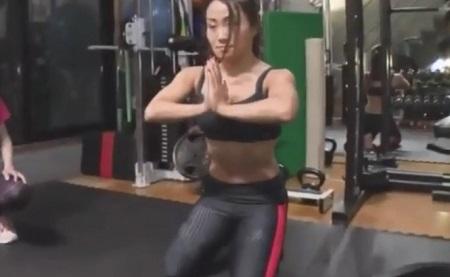 鈴木奈々が関西コレクションの舞台裏で行われる即効バストアップ方法に挑戦育乳マニアおすすめバストアップ法も 土下座式 腕立て伏せのやり方 手を合わせて拝みポーズ