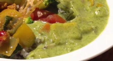 夜の巷を徘徊するでマツコ・デラックスが食べたGROWERS CAFE (グロワーズ カフェ)のグリーンカレーのアップ