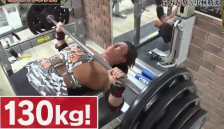 "NHK筋肉体操の""筋肉弁護士""小林航太のトレーニング方法 130kgのベンチプレス。ダウンタウンDXより"