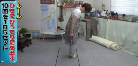 たけしの家庭の医学で紹介!しつこい腰痛の新原因は下半身のセンサーの衰え?改善方法の脳トレーニングのやり方とは?ぴったりステップ ひもを使った方法 その2