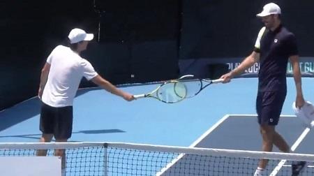 テニスのラケットタップ(ラケットタッチ)とは?正しいやり方は?新型コロナ対策で握手の代わりに02