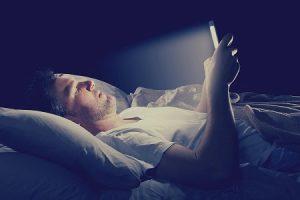 寝る前にベッドでスマホやタブレット使用