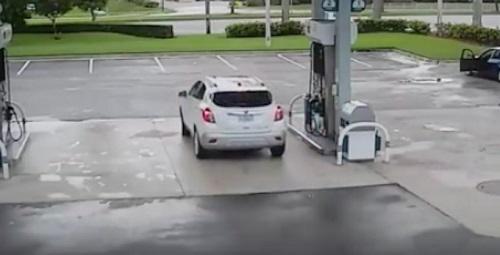 ガソリンスタンドに駐車するシーン