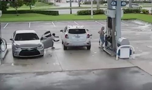 自動車から忍び出てくる犯人