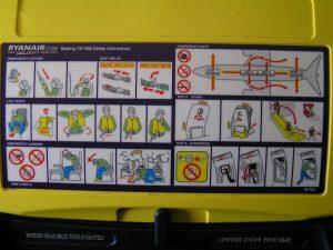 飛行機の離陸・着陸時にシートを戻す理由 避難ルート Ryanairの説明書き