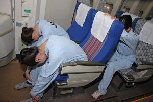 コロンビアの飛行機事故の乗務員 奇跡の生還 不時着の姿勢 JALの訓練より