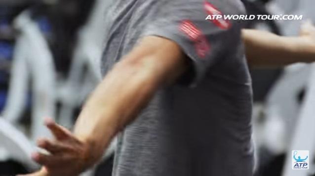 テニス選手のオフトレーニング 錦織圭選手の場合 腕を交互にひねるストレッチ