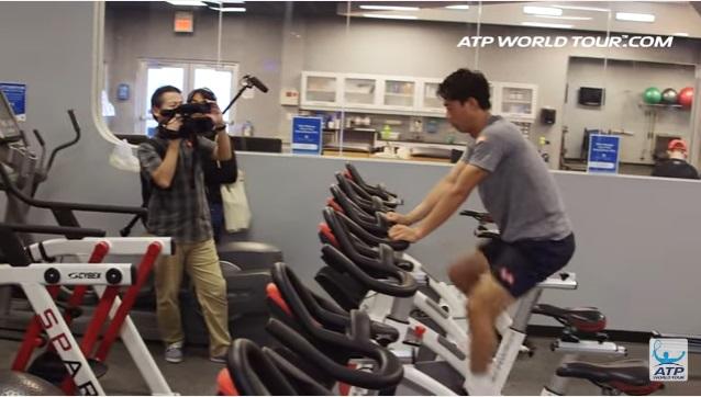 テニス選手のオフトレーニング 錦織圭選手の場合 バイクを漕ぐ錦織圭