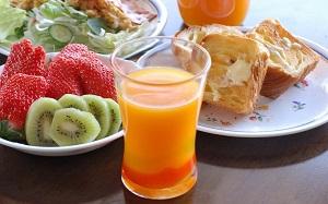 オレンジジュースの朝食