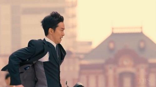 日曜劇場「小さな巨人」 東京駅前を走る香坂真一郎(長谷川博己)