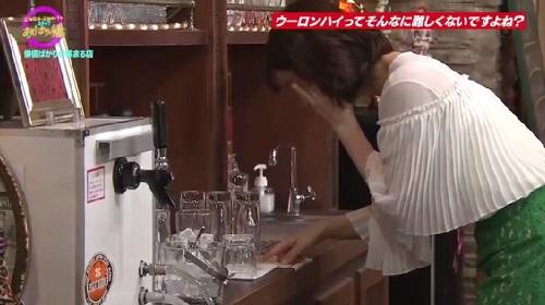 4月12日 天海祐希・石田ゆり子のスナックあけぼの橋 お酒の作り方を確認する石田ゆり子