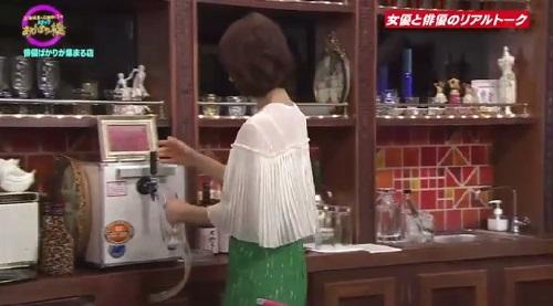 4月12日 天海祐希・石田ゆり子のスナックあけぼの橋 ビールを注ぐ石田ゆり子