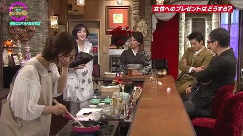 4月12日 天海祐希・石田ゆり子のスナックあけぼの橋 炒めるのでエプロン姿に
