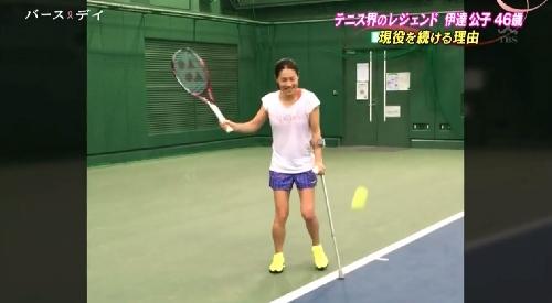 5月14日 TBS「バース・デイ」テニス界のレジェンド伊達公子46歳 現役を続ける理由 松葉杖をつきながらフォアストロークを行う
