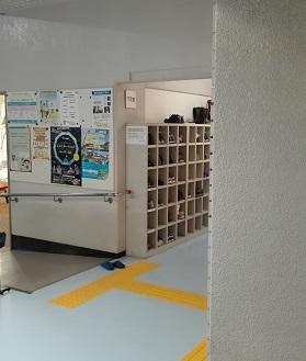 呉市スポーツ会館 スロープ脇の下足室
