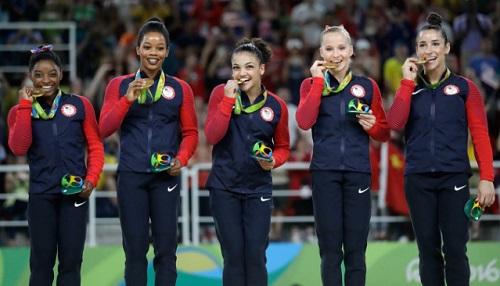 2016年リオオリンピック メダルを噛むアメリカ女子体操