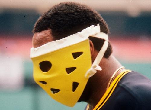 日本プロ野球界で着用者急増中のフェイスガード付きヘルメット。ホッケーマスクの加工品を着けるデーブ・パーカー02