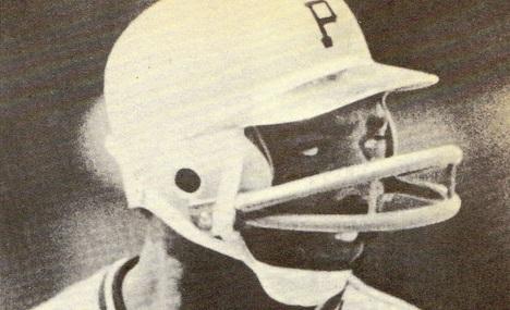 日本プロ野球界で着用者急増中のフェイスガード付きヘルメット。2本バータイプのヘルメットを着けるデーブ・パーカー03