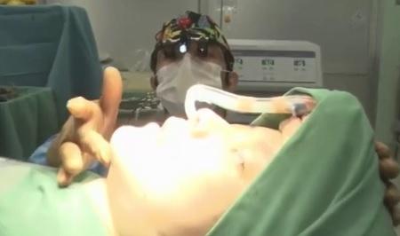 ザ・ノンフィクション 有村藍里の整形手術に密着 手術中の鼻、唇、あご先が一直線になるように位置を確認する山口憲昭医師