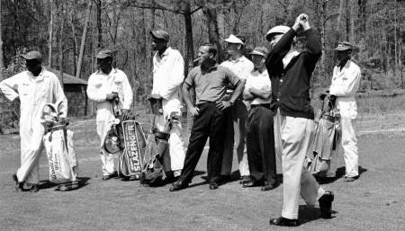 マスターズのキャディが白いつなぎを着ている理由 人種差別がその根底にあるという悲しい歴史