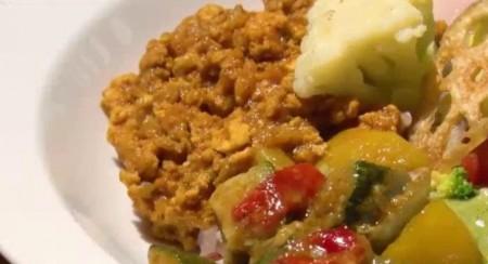 夜の巷を徘徊するでマツコ・デラックスが食べたGROWERS CAFE (グロワーズ カフェ)のキーマカレーのアップ