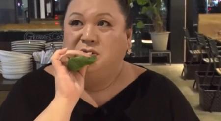 夜の巷を徘徊するでマツコ・デラックスがGROWERS CAFE (グロワーズ カフェ)で生の小松菜を食べて「口の中でおひたし」