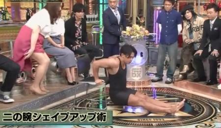 "NHK筋肉体操の""筋肉弁護士""小林航太のトレーニング内容 二の腕シェイプアップにおすすめのチェア・ディップス。ダウンタウンDXより"