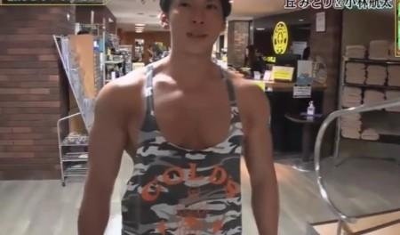 """NHK筋肉体操の""""筋肉弁護士""""小林航太の筋トレ時の格好。胸開きすぎのボディビルダー仕様のタンクトップ姿。ダウンタウンDXより"""