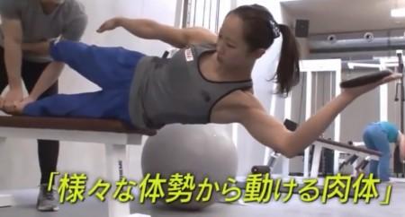 懸垂を「根性論」と切り捨てるプロクライマー野口啓代の筋肉を作るトレーニングとは?トレーナー千葉啓史のトレーニングメニュー サイドプランク風