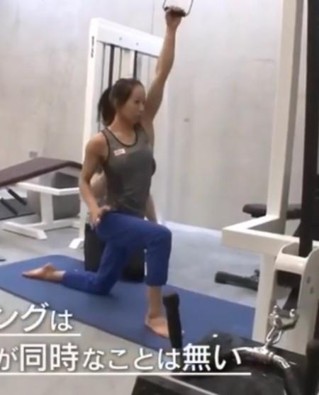 懸垂を「根性論」と切り捨てるプロクライマー野口啓代の筋肉を作るトレーニングとは?トレーナー千葉啓史のトレーニングメニュー ワンハンドラットプルダウン その2
