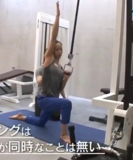 懸垂を「根性論」と切り捨てるプロクライマー野口啓代の筋肉を作るトレーニングとは?トレーナー千葉啓史のトレーニングメニュー ワンハンドラットプルダウン
