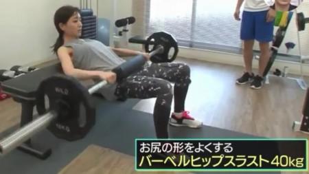 田中みな実が行う40kgのバーベルを使ったバーベルヒップスラスト