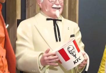 ケンタッキーのカーネルおじさん人形はなぜあの手のポーズ?答えはバーレルを持つため