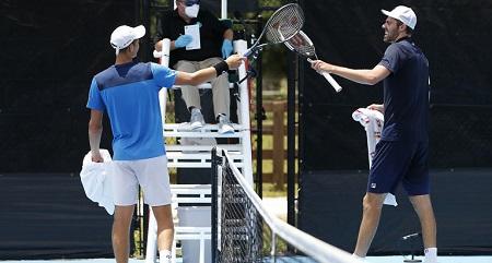テニスのラケットタップ(ラケットタッチ)とは?正しいやり方は?新型コロナ対策で握手の代わりに