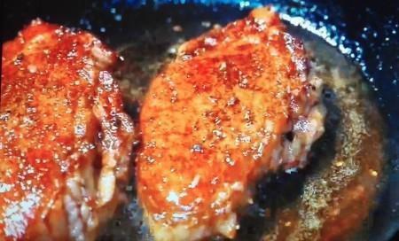 出川哲郎の充電旅から出川哲郎が「日本一美味しい二大ステーキ店」に挙げたお店は?望月 牛ヒレステーキの調理シーン