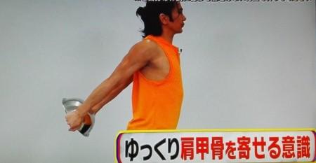 教えてもらう前と後で紹介された武田真治直伝の2分肩こり予防解消エクササイズ 後ろボウルあげ