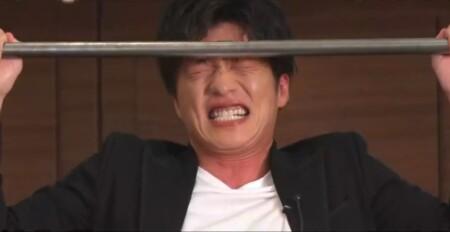 懸垂をキツそうにこなす田中圭